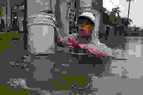 Cận cảnh nước lũ dâng cao ngang ngực ở nhiều tỉnh miền Trung
