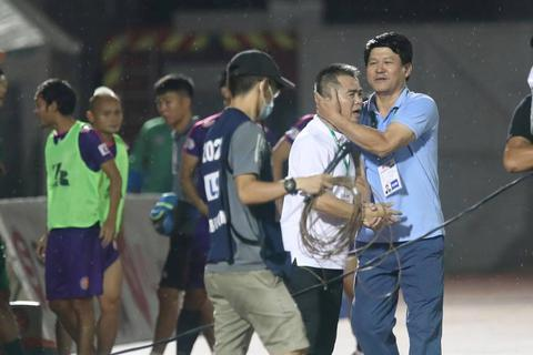 HLV Sài Gòn FC thừa nhận may mắn khi giữ được ngôi đầu bảng