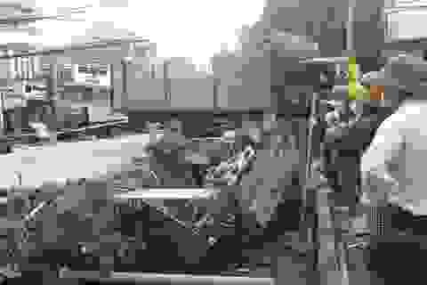 Xe tải bị tông bay xuống kênh, tài xế tử vong