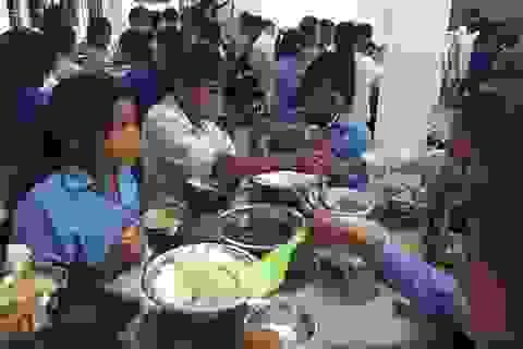 Đảm bảo thực phẩm, đồ dùng cho 130 học sinh, giáo viên kẹt lại trường do lũ