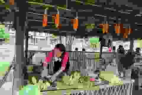 Phụ huynh mở chợ phiên, gây quỹ học bổng tặng học sinh nghèo