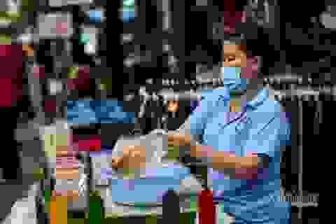 Mất việc, công nhân nhập hội bán buôn, kiếm tiền từ mớ rau, quả dừa