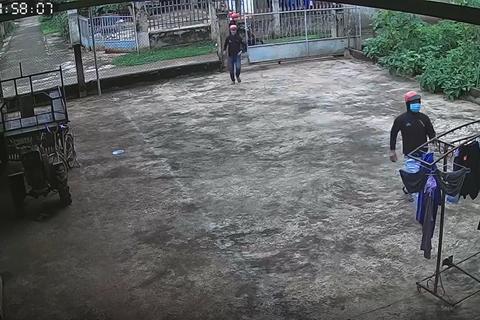 """""""Ngán ngẩm"""" cảnh nhóm thanh niên xông vào nhà dân trộm… quần jean"""