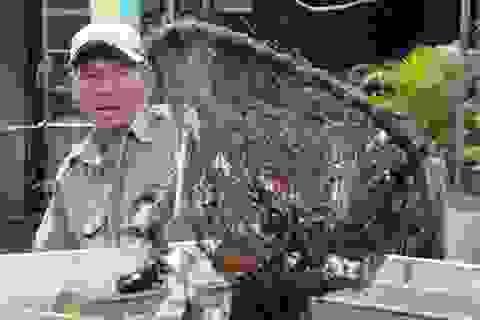 """Người thương binh mỗi ngày vớt hàng trăm kg rác """"giải cứu"""" dòng kênh"""