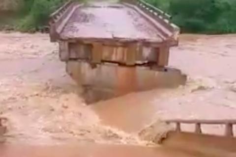 Nhiều cây cầu bị lũ cuốn sập ở Kon Tum