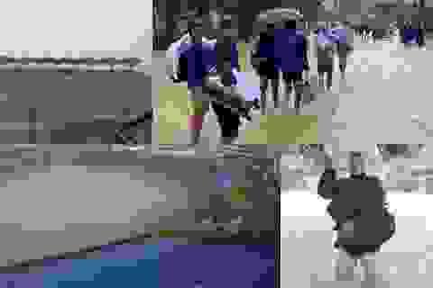 Hình ảnh bóng đá Việt Nam bị ảnh hưởng mưa bão gây xúc động trên báo Thái