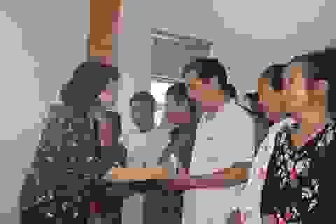 Phó Chủ tịch nước tặng quà gia đình chính sách và người dân vùng lũ