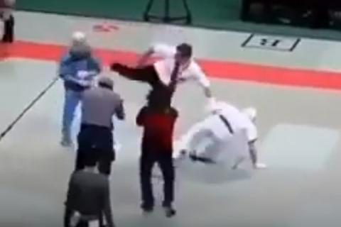 Trọng tài tung cước hạ gục cả hai võ sĩ vì... không nghe lời