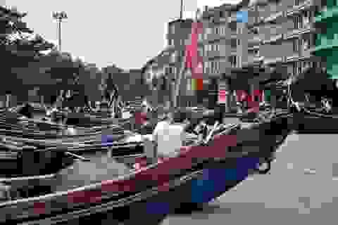 Thuyền bè tại Sầm Sơn lên vỉa hè, đường nhựa tránh bão