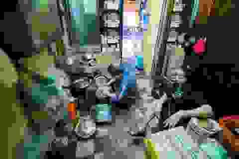 Sống khổ ở phố cổ Hà Nội: Căn nhà 9m2 là lối đi chung của 6 hộ dân khác