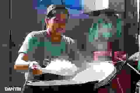 Người dân tự nguyện nấu hàng trăm suất cơm tiếp tế đội cứu hộ Rào Trăng 3