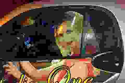 Dán đề can mỹ nữ lên xe, bị cảnh sát hỏi thăm vì sợ gây nguy hiểm