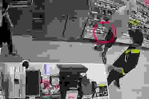 Thanh niên cầm dao uy hiếp nhân viên cửa hàng tiện lợi để cướp tiền