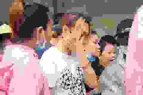 Mỹ Tâm lén lau nước mắt khi đi cứu trợ bà con tại Quảng Nam