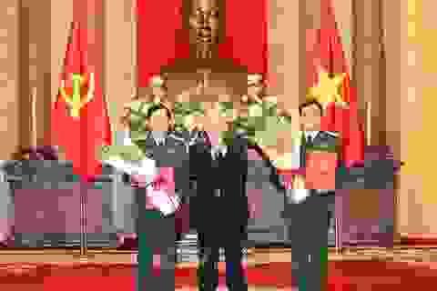 Chủ tịch nước trao quyết định thăng quân hàm cho hai tướng lĩnh Quân đội