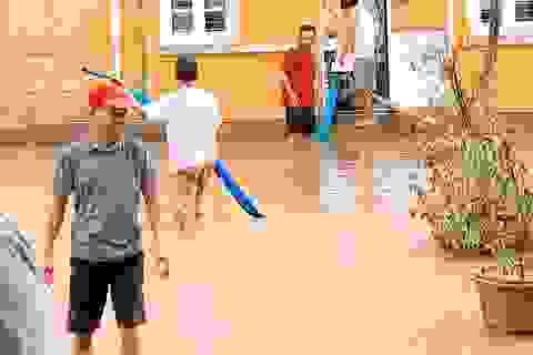 Thừa Thiên Huế: Gác việc nhà, thầy cô giáo lên dọn trường sau lũ