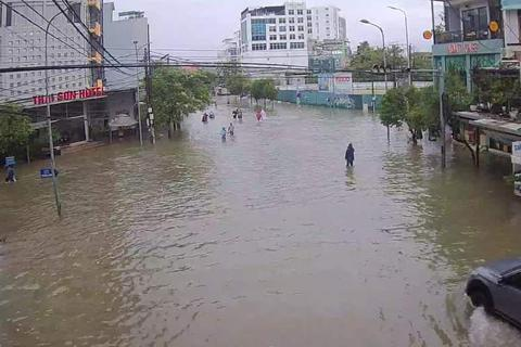 Nước sông TP Huế dâng cao gây ngập lụt nhiều tuyến đường
