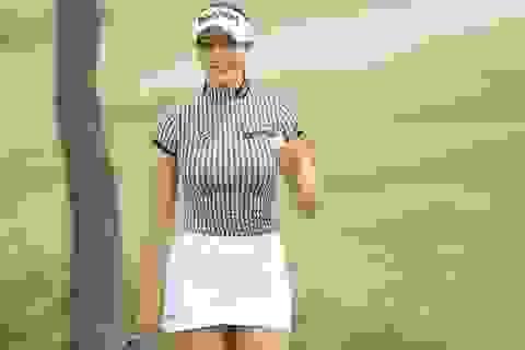 """Nữ golf thủ Hàn Quốc """"khốn khổ"""" vì quá gợi cảm"""