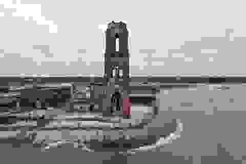 """Chiêm ngưỡng nhà thờ đổ bên bờ biển """"độc nhất vô nhị"""" ở Việt Nam"""
