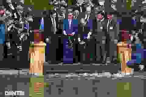 Thủ tướng Nhật Bản cho cá ăn tại nhà sàn Bác Hồ