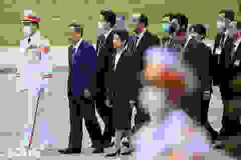 Thủ tướng Nhật Bản Suga Yoshihide vào Lăng viếng Chủ tịch Hồ Chí Minh