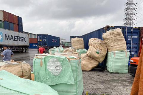 """Phát hiện hàng hóa nhập lậu """"ẩn mình"""" trong container nhựa PVC"""