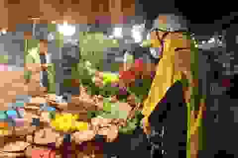 Nửa đêm, dân Thủ đô tấp nập đội mưa, kéo nhau đi mua hoa dịp 20/10