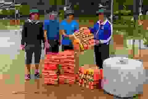 Tỉnh Đoàn hỗ trợ áo phao, nhu yếu phẩm và ứng cứu người dân vùng lũ
