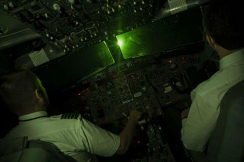 Phi công liên tục bị chiếu laser khi cất-hạ cánh tại Nội Bài, Tân Sơn Nhất
