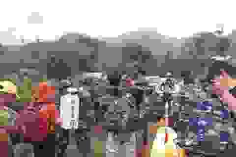 Đường bộ sạt lở, dùng trực thăng thả hàng cứu trợ cho người dân miền núi
