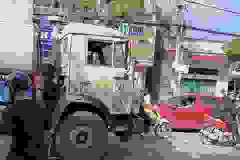 Tài xế ô tô mở cửa bất cẩn khiến người đi xe máy bị xe bồn cán