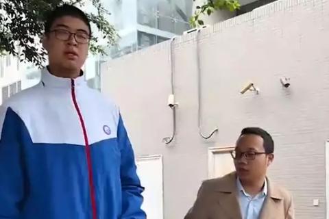 Cao hơn 2 mét, cậu bé 14 tuổi dễ trở thành thiếu niên cao nhất thế giới