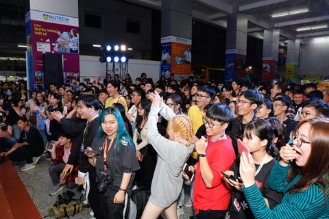 """Realme """"bùng cháy"""" cùng gần 3.000 tân sinh viên HUTECH và Văn Lang"""
