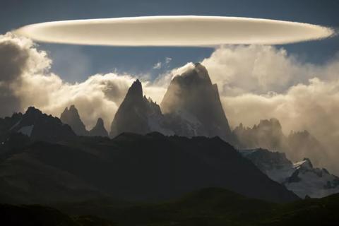 """""""Đám mây UFO"""" ma quái lơ lửng trên núi ở Argentina"""