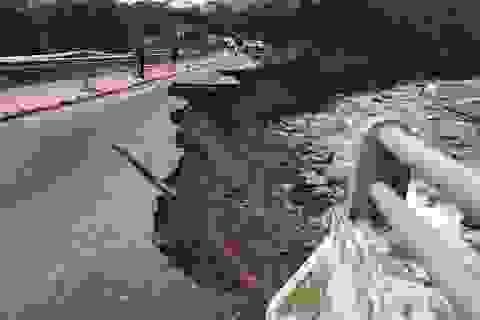"""""""Điểm danh"""" các đoạn đường ngập lụt, sạt lở tại miền Trung"""