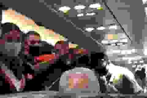 Bị vợ tát vì không đeo khẩu trang, hành khách nam lao vào đánh lại vợ