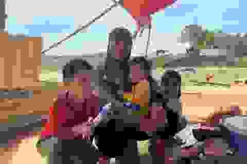 Lũ rút, về nhà chỉ còn bãi đất trống, gia đình nheo nhóc căng bạt ở tạm
