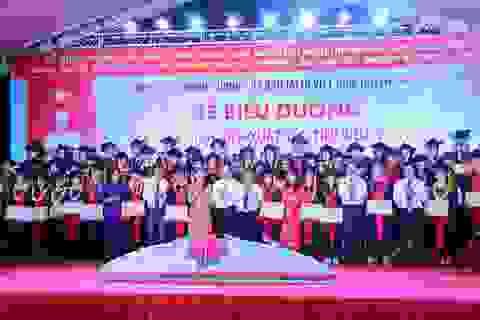 Trích 1,3 tỉ đồng khen thưởng 130 học sinh, sinh viên xuất sắc, tiêu biểu