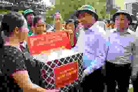 Thủ tướng về Quảng Bình thăm hỏi, tặng quà người dân vùng lũ lụt