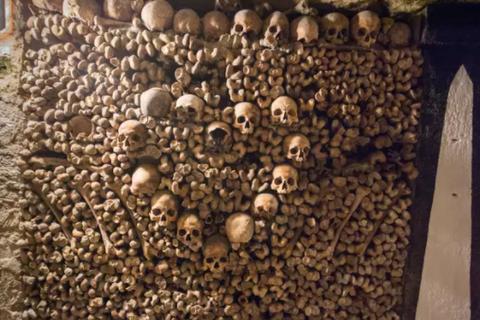 """Mê cung hầm mộ """"rợn người"""" dưới lòng thành phố Paris"""