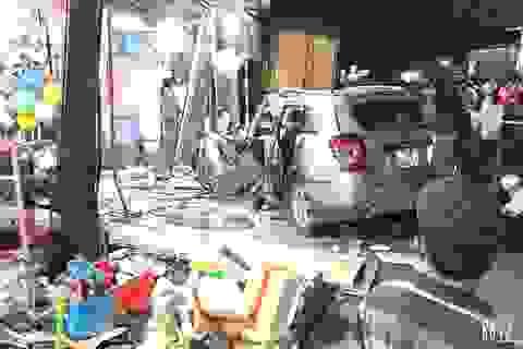 Xe tải tông xe 7 chỗ cùng nhiều xe máy rồi lao vào nhà dân, 2 người tử vong