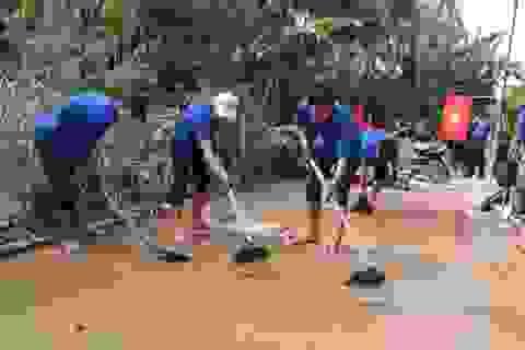 Nhiều bạn trẻ xung phong vào Hà Tĩnh giúp đồng bào khắc phục hậu quả lũ lụt