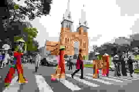 Đường phố, điểm du lịch… ở TPHCM biến thành sàn diễn áo dài