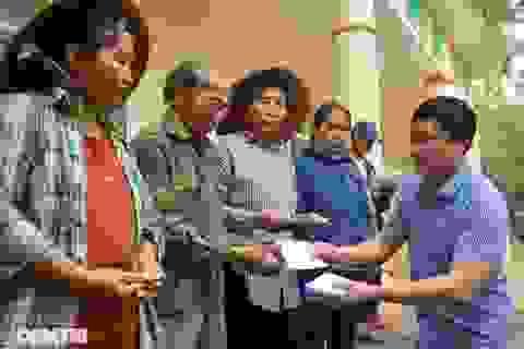 Trao tặng 300 triệu đồng của bạn đọc đến người dân rốn lũ Quảng Bình