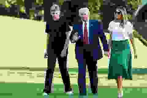 """Ông Trump nói con trai út hết nhiễm vi rút SARS-CoV-2 """"trong 15 phút"""""""