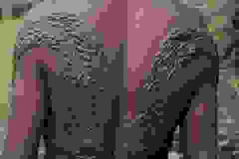 """Rùng mình hủ tục """"rạch người"""" để có làn da như cá sấu của bộ tộc trong rừng"""