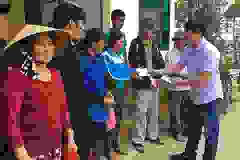 Về xã có 1.700 ngôi nhà bị lũ nhấn chìm trao quà bạn đọc Dân trí giúp đỡ