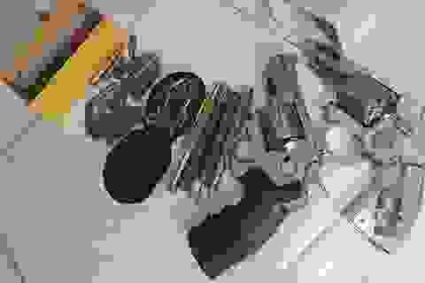 Kiểm tra ma túy, phát hiện nam thanh niên cất giấu nhiều súng đạn