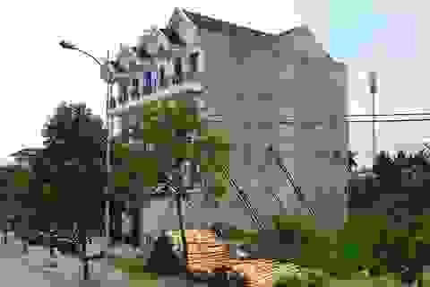 """Nhà 4 tầng phải """"chống gậy"""", nguy cơ đổ sập bất cứ lúc nào"""