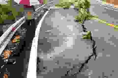 """Ảnh hưởng bão số 9, nhiều tuyến đường tỉnh Kon Tum sạt lở, """"nứt toác"""""""